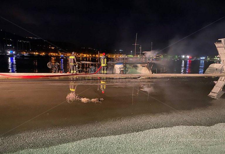 Incendio al porto di Vibo Marina, peschereccio in fiamme in banchina – Foto/Video