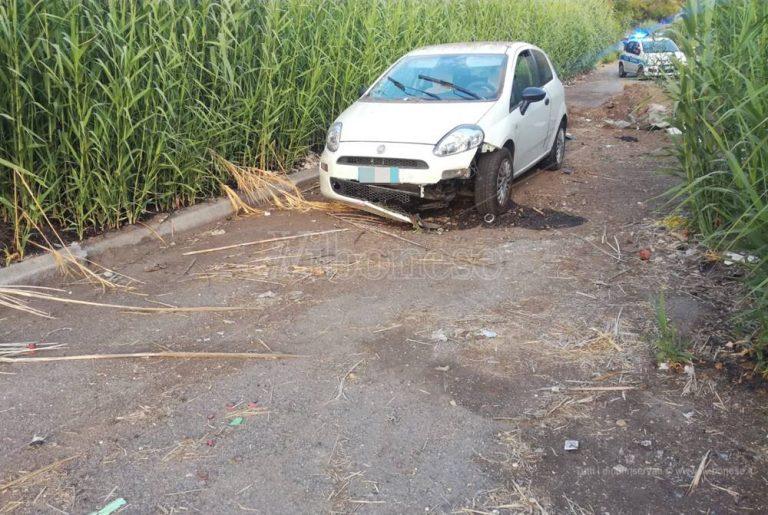 Strada chiusa da un cumulo di terra, incidente nei pressi dell'ex cementificio