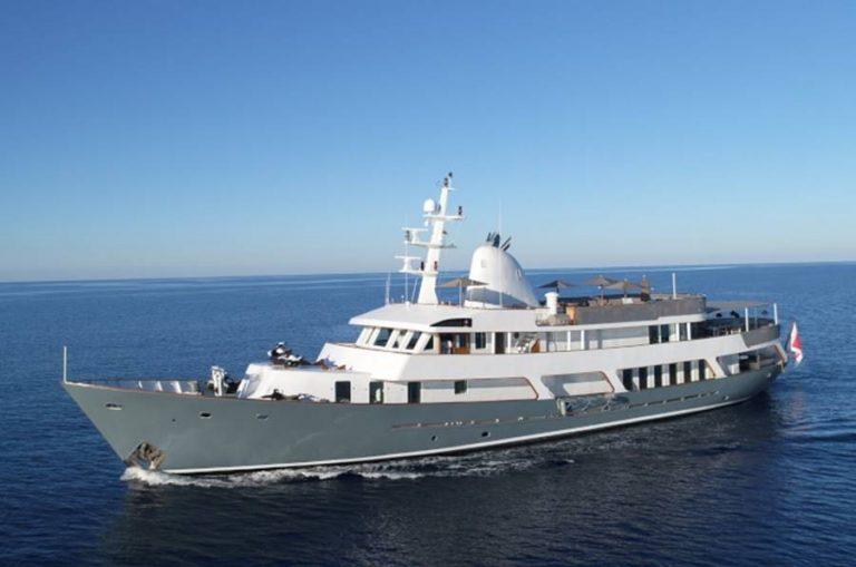 """La nave yacht """"Menorca"""" in rada a Vibo Marina"""