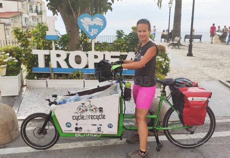 Il viaggio di Myra fa tappa a Tropea: 5mila bottiglie raccolte sulle strade d'Italia