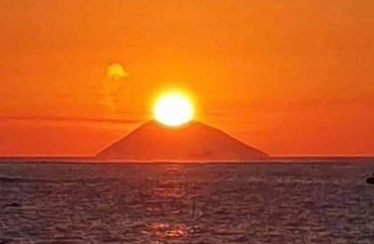 La danza del sole sul vulcano, ecco lo spettacolare tramonto sullo Stromboli