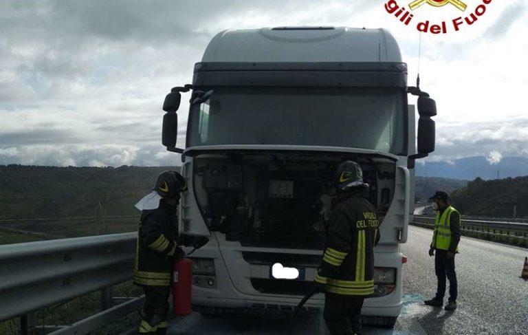 Autocarro in fiamme tra gli svincoli di Vazzano e Sant'Onofrio