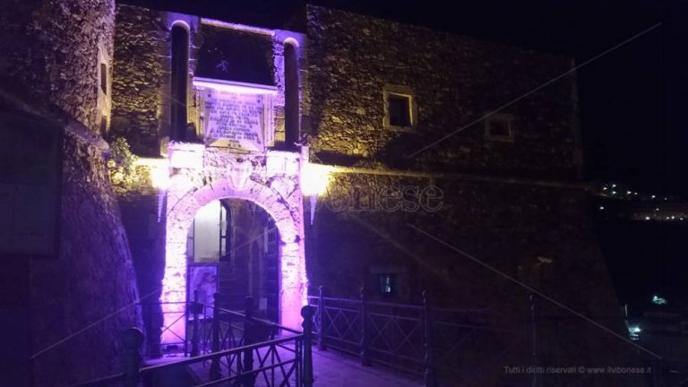 Il Castello di Pizzo si colora di rosa per la campagna dell'Airc