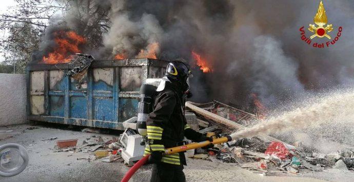 San Gregorio, in fiamme deposito di rifiuti non pericolosi – Foto/Video
