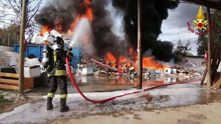 Incendio di San Gregorio, l'Arpacal: «Valori di inquinanti inferiori ai limiti»
