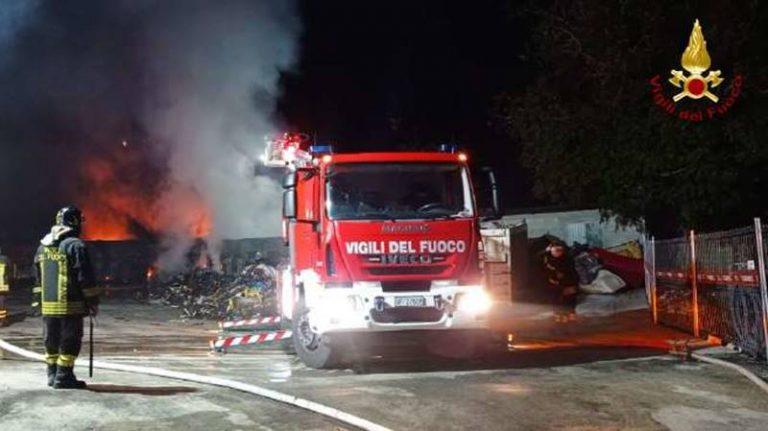 Incendio a San Gregorio, Arpacal sul campo per monitorare inquinamento