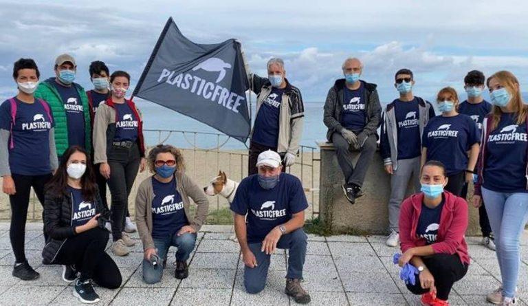 Plastic free, i volontari ripuliscono la spiaggia di Bivona – Video
