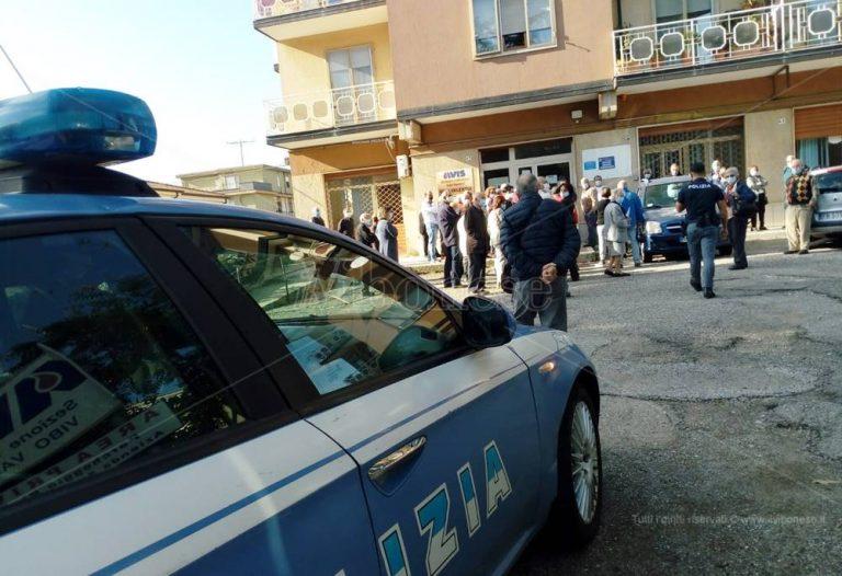 In fila per il vaccino, assembramenti e disagi a Vibo: interviene la Polizia – Video
