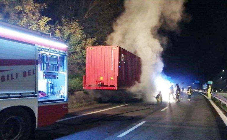 Semirimorchio in fiamme sull'autostrada, intervengono i vigili del fuoco di Vibo