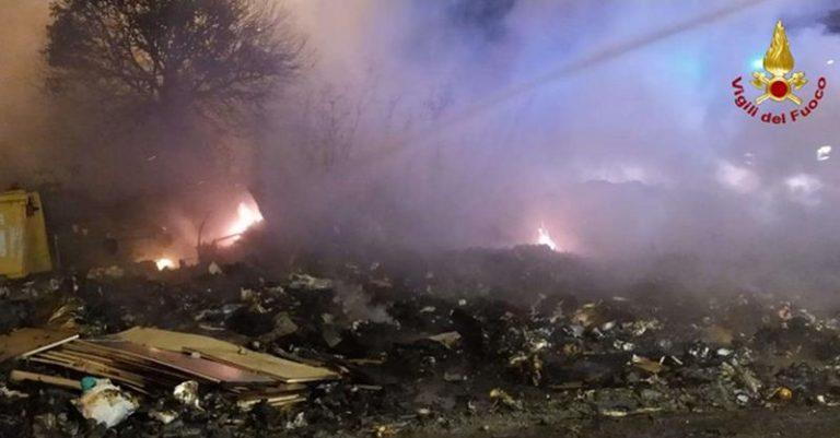 Vasto incendio di rifiuti in località Aeroporto di Vibo
