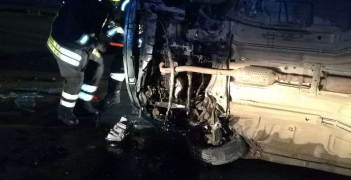 Incidente alle porte di Vibo, automobilista estratto dall'auto dai Vvf – Foto