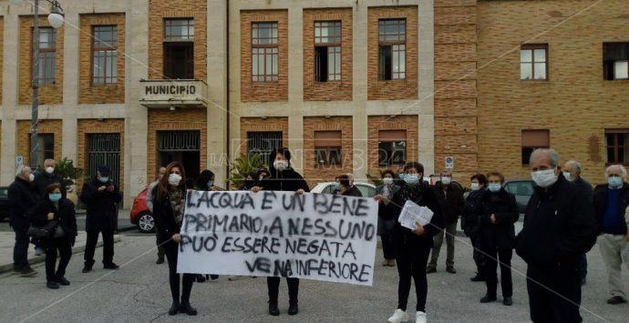 La protesta dei cittadini di Vena Inferiore: «Abbiamo sete di acqua pulita» -Video