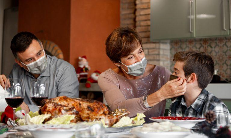 Natale Covid, il virologo: «Il cenone? Non fatelo. Ma se proprio ci tenete ecco i consigli»