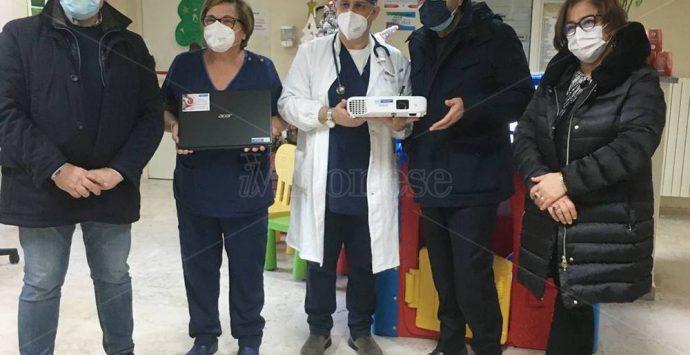 Proiettore e pc in dono dalla Bcc del Vibonese alla Pediatria di Vibo