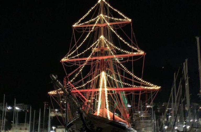 L'albero maestro diventa un albero di Natale: il Florette illumina il porto