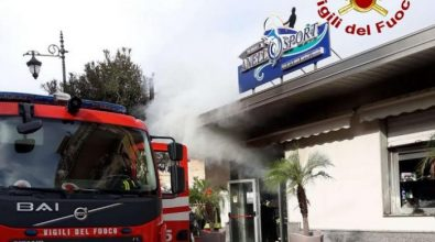 Incendio in un negozio a Vibo Marina, sul posto i vigili del fuoco – Video