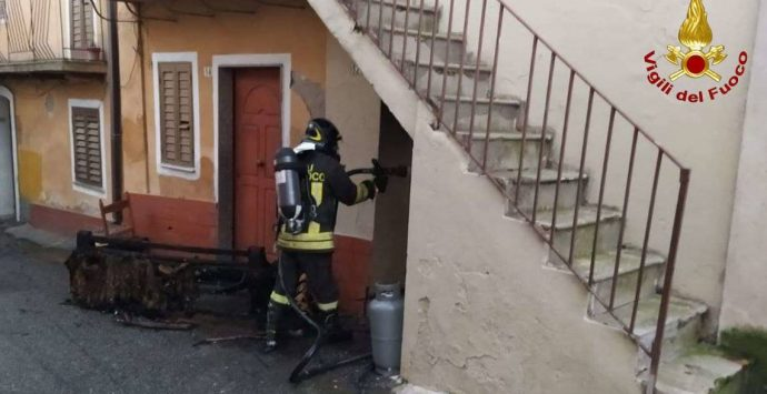 Divano in fiamme a San Gregorio, intervengono i vigili del fuoco