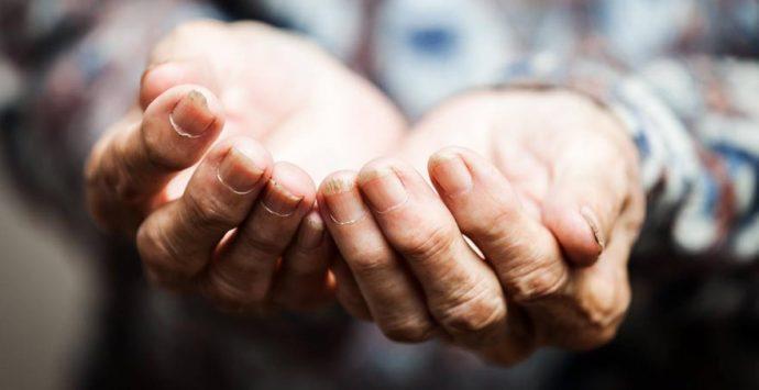 Carità e Covid, monsignor Ramondino: «No a passerelle e patetiche strette di mano»