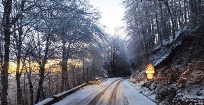 Prima neve sulle Serre vibonesi, mezzi Anas a lavoro sulla ex Ss110