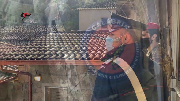 Latitante tenta la fuga dai tetti, ma viene arrestato a Gerocarne dai carabinieri – Video