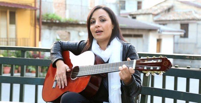 Bufera sulla cantante folk Merante, i 5s: «Presto una legge sul reato apologia di mafia»