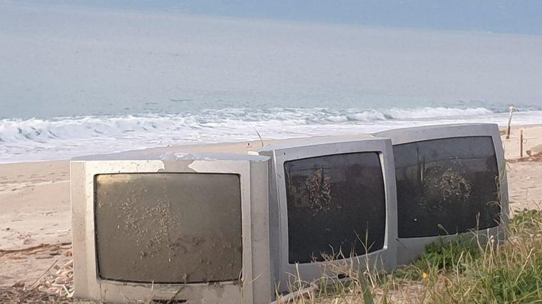 Tre televisori abbandonati sulla spiaggia di Vibo Marina, la nuova frontiera dell'inciviltà – Foto