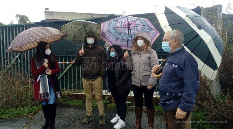 Portosalvo, la protesta dei cittadini davanti alla tomba dei veleni – Video