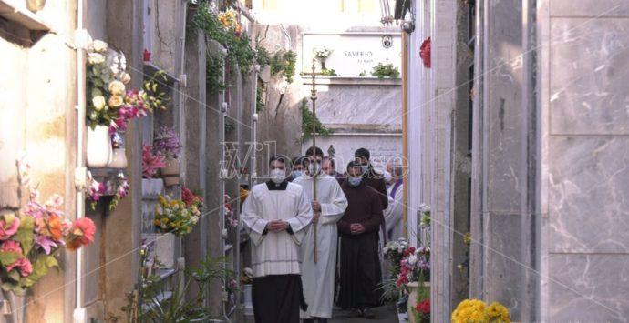 Tropea, la benedizione delle salme nel cimitero degli orrori – Video