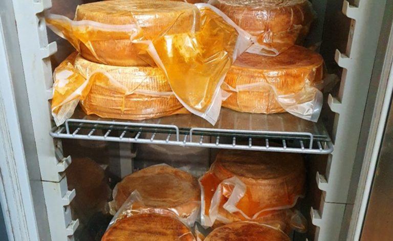 I carabinieri forestali sequestrano a Gerocarne 120 chili di formaggi