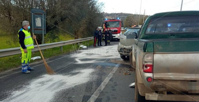 Nuovo incidente alle porte di Mileto, tre auto coinvolte e tre feriti – Foto