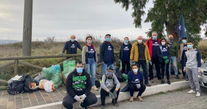Vibo, i volontari Plastic free raccolgono 63 sacchi di spazzatura in zona Castello
