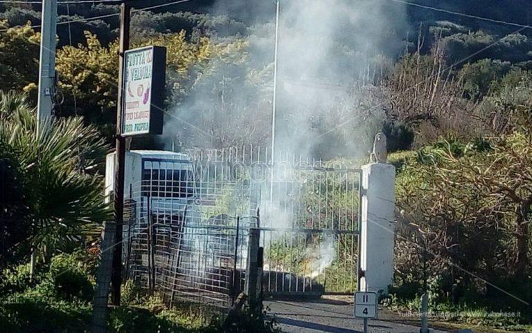 Longobardi, provoca un incendio e minaccia di darsi fuoco per opporsi allo sfratto