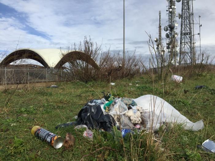 Vibo, micro-discariche all'ombra del Castello: giovani volontari contro l'inciviltà – Foto