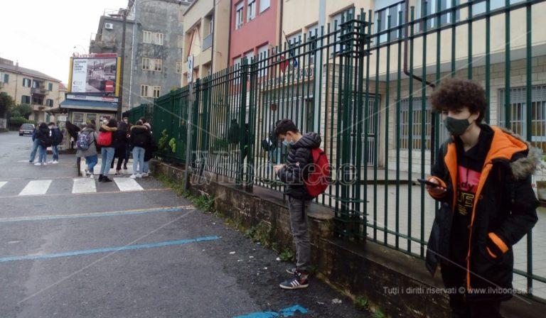 """Gli studenti vibonesi al loro secondo """"primo giorno"""" di scuola: l'emozione prevale sulla paura – Video"""