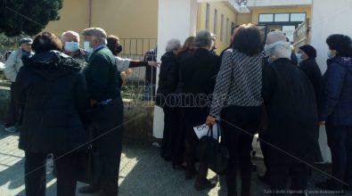 Vaccini, primo giorno nel Vibonese per gli over 80: tra caos e lacrime di gioia – Video