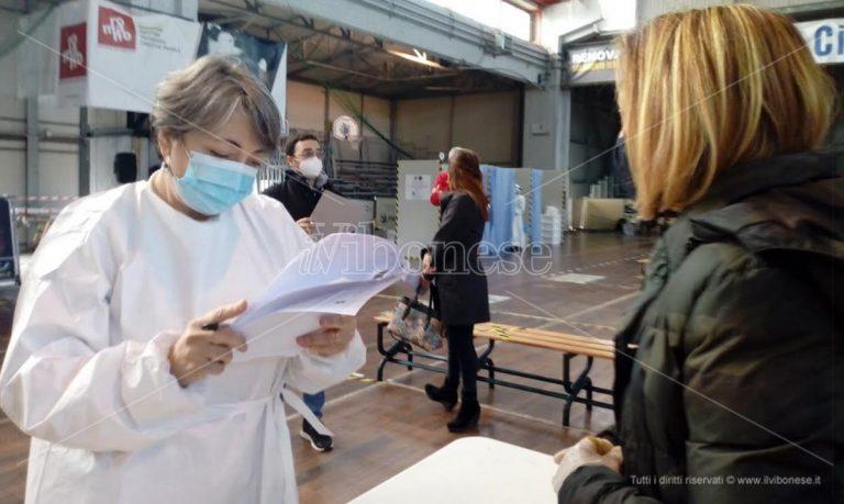 Vaccino Covid, tra i 500 insegnanti al Palasport di Vibo. Bernardi (Asp): «Variante inglese preoccupa»