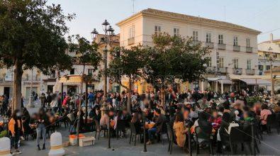 Assembramenti e locali pieni a Pizzo, il M5S: «Rafforzare i controlli»