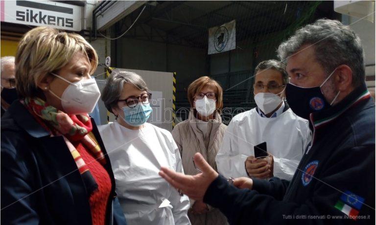 Covid, Spirlì al Palasport per la campagna vaccinale: «Replicheremo altrove il modello Vibo»