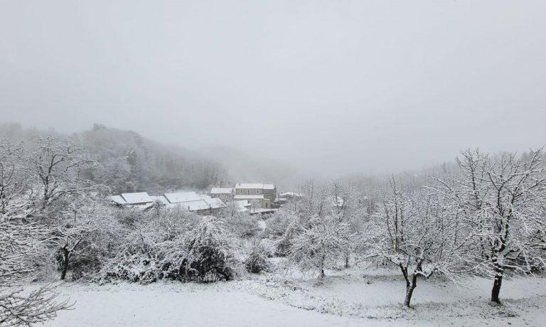 Neve sulle Serre vibonesi: la primavera debutta con fiocchi e gelo in tutta la Calabria