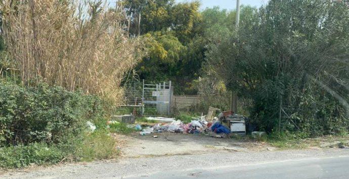 Portosalvo, non c'è solo l'ex Cgr: i rifiuti sono ovunque – Foto