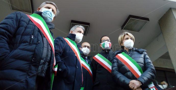 """""""Scippo"""" vaccini, i sindaci vibonesi impediscono il trasferimento delle dosi a Reggio"""