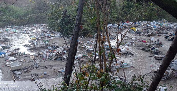 """La """"fiumara dei veleni"""", disastro ambientale a valle di San Costantino – Foto"""