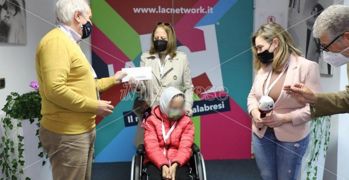 Il bimbo vibonese reso cieco da un tumore riceve i 50mila euro raccolti dal nostro network – Video