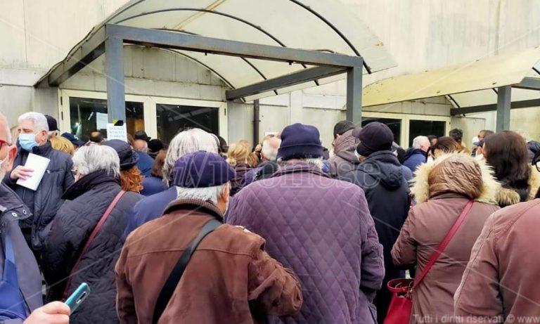 Vaccini a Vibo, Pasquetta amara per decine di anziani: caos e proteste al Palasport – Video