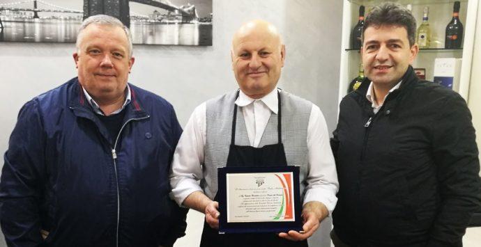 Quarant'anni dietro il bancone, premio alla carriera per il barman Carmelo Barbalaco