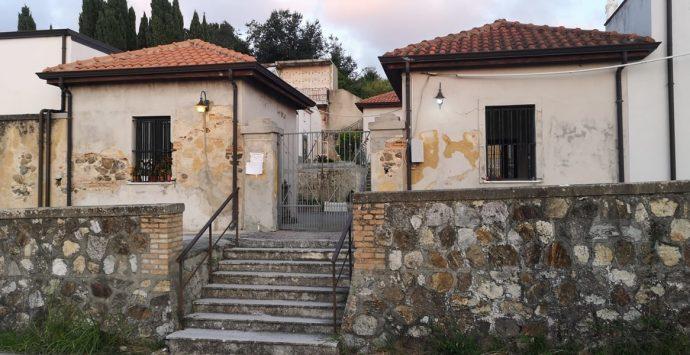 «Cimiteri aperti due volte a settimana»: dalle frazioni si leva la protesta contro il Comune
