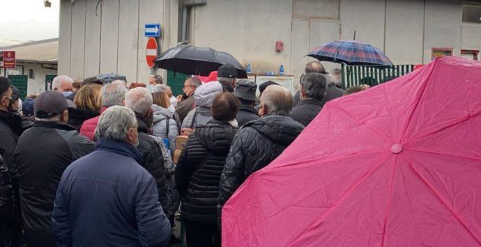 Covid Vibo, tutti in fila sotto la pioggia per il Vax day: disagi e proteste al Palasport – Video