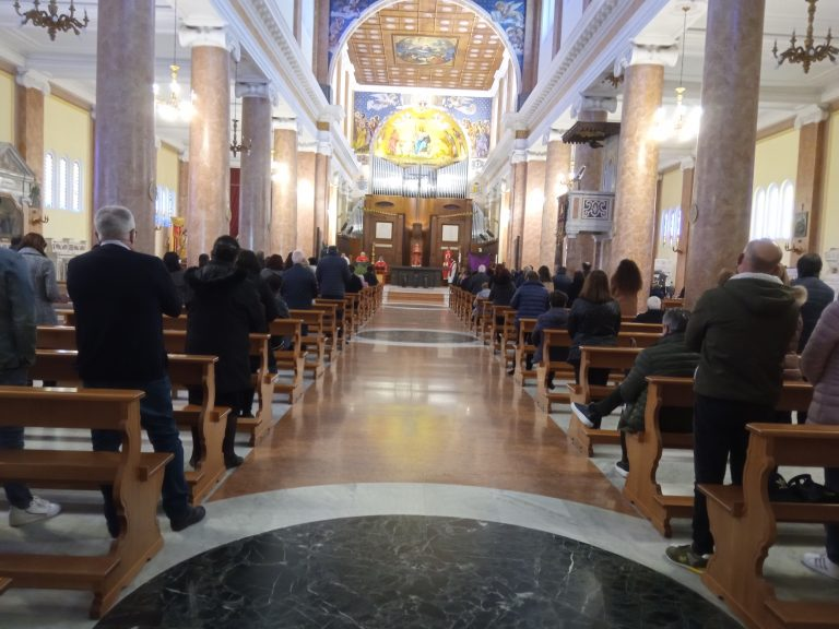 La Pasqua ai tempi del Covid, tra restrizioni, riscoperta del sacro e ritorno in massa nelle chiese