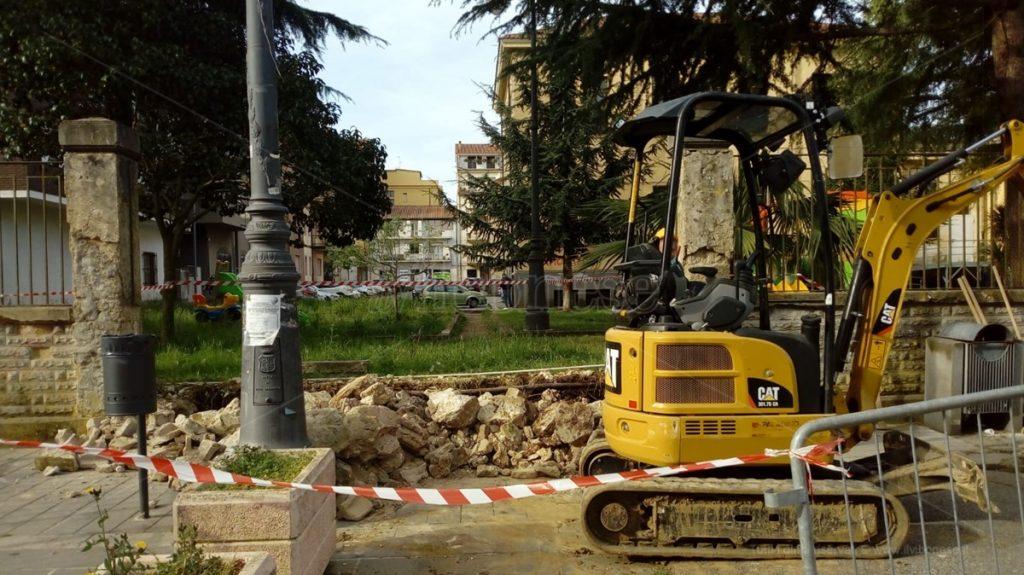 Il Comune di Vibo tira dritto, abbattuta parte del muro della Don Bosco – Foto/Video