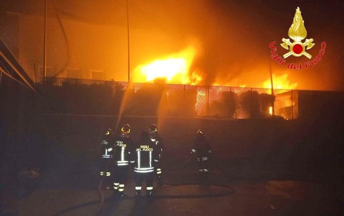 Incendio nella discarica di San Nicola da Crissa, i vigili del fuoco ancora sul posto